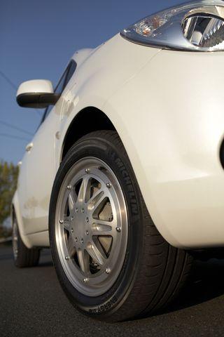 Переднеприводный автомобиль WILL с колеcами-моторами Michelin Active Wheel