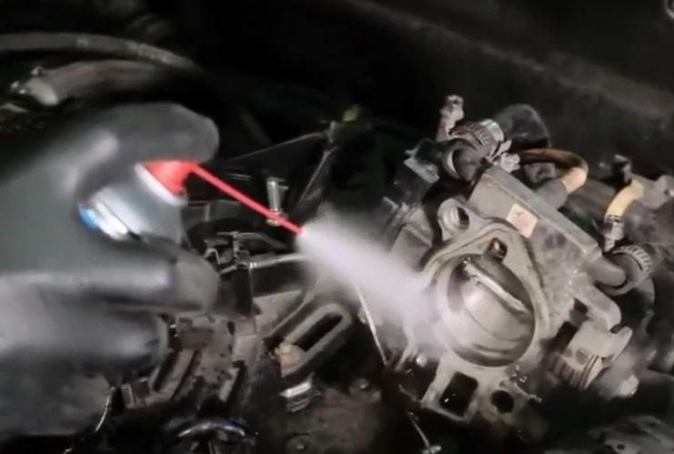 Чем опасно для мотора подклинивание дроссельной заслонки